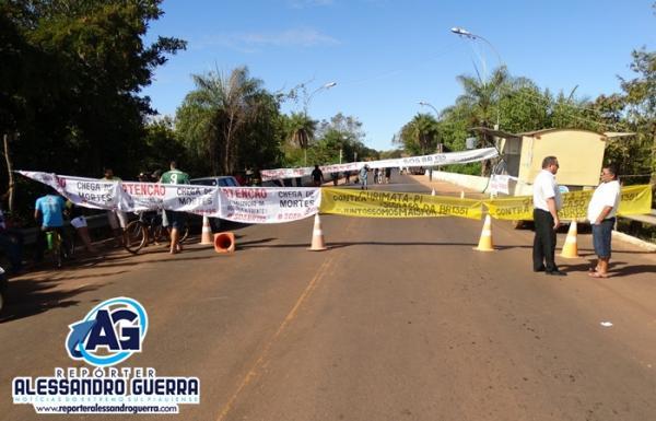 Manifestantes de Corrente e cidades vizinhas fecham BR-135 e cobram melhorias