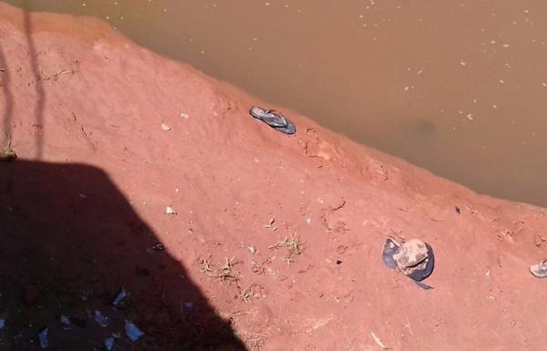 Homem é achado morto ao lado de moto dentro do Rio Corrente