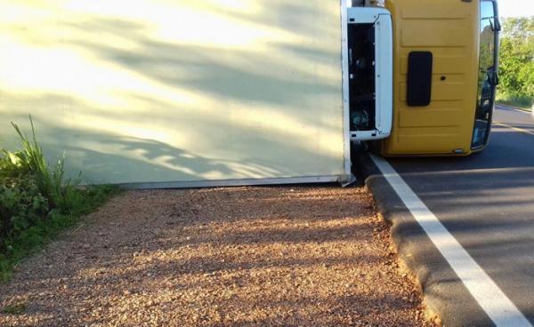 Caminhão carregado com medicamentos tomba na BR-135, em Corrente