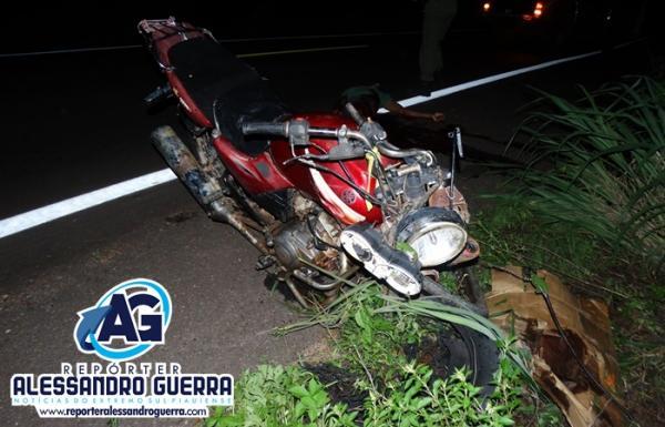Acidente entre moto e carro deixa um homem morto na BR-135 em Corrente