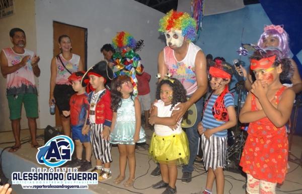 Concurso de fantasias anima as crianças no carnaval de Corrente