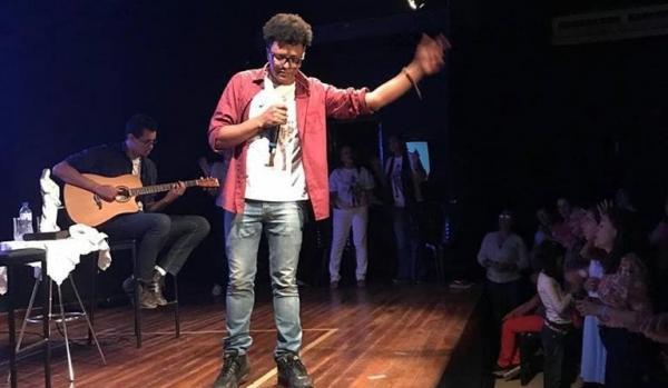 Cantor católico Paulinho Sá realiza show oracional em Corrente
