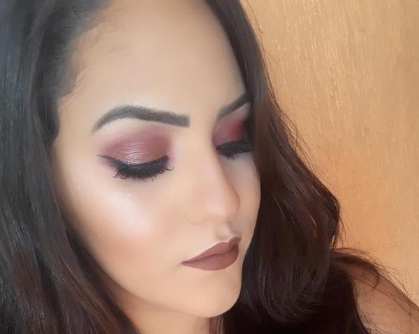Maquiadora realiza atendimento a clientes durante o período da ExpoCorrente