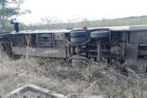 Ônibus tomba e deixa uma pessoa morta e quase 50 feridas na BR- 135, em Cristalândia do Piauí.