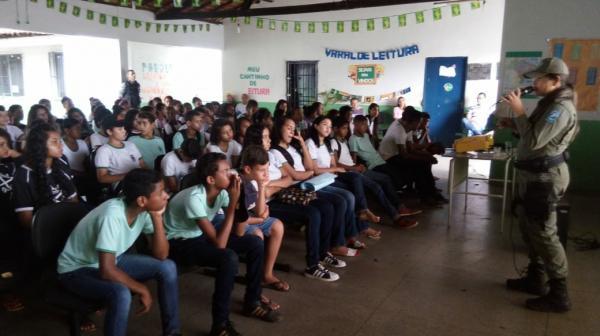 Polícia Militar e escola realizam ação de prevenção às drogas em Corrente