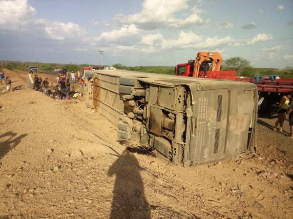 Após show em Corrente, ônibus da Gatinha Manhosa tomba ao colidir com moto no PI