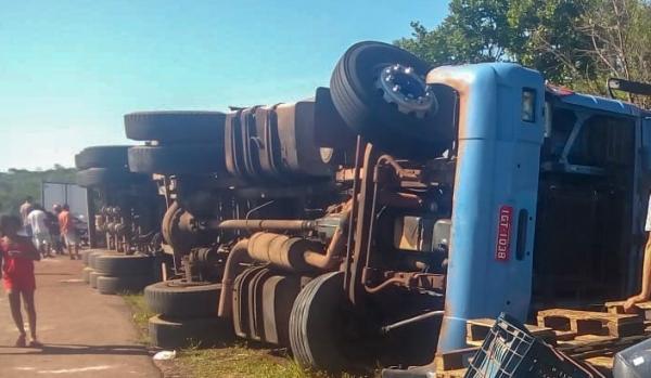Caminhão carregado de óleo tomba na BR- 135, em Corrente