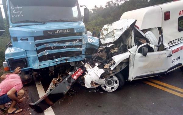 Ambulância de Parnaguá bate contra carreta e deixa uma pessoa morta e três feridas