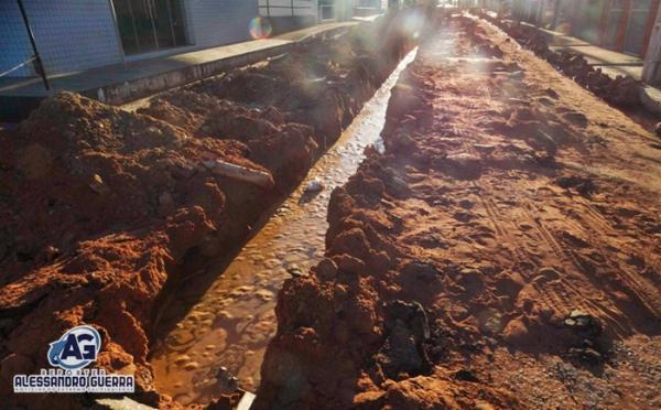 Obra de rede de esgoto provoca interdição na Rua Desembargador Amaral, no Centro de Corrente