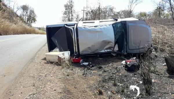 Motorista perde o controle, e caminhonete tomba na BR- 135, em Cristalândia