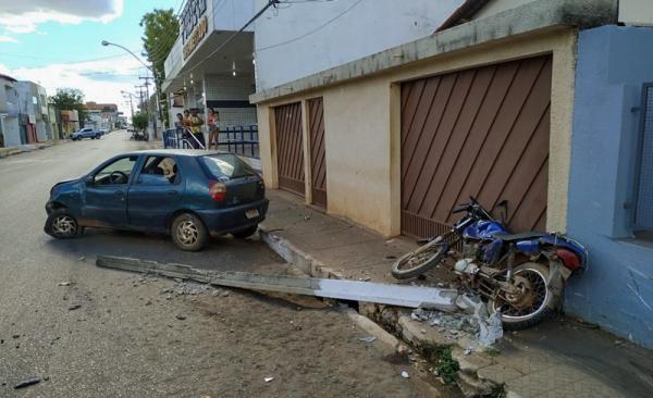 Motorista é detido após bater carro contra moto e poste em Corrente