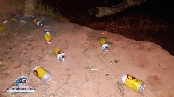 Banhistas deixam lixo à beira do Rio Corrente