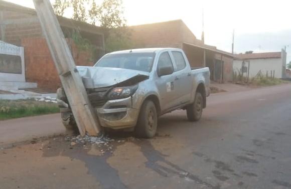 Homem perde controle de caminhonete e bate em poste em Corrente