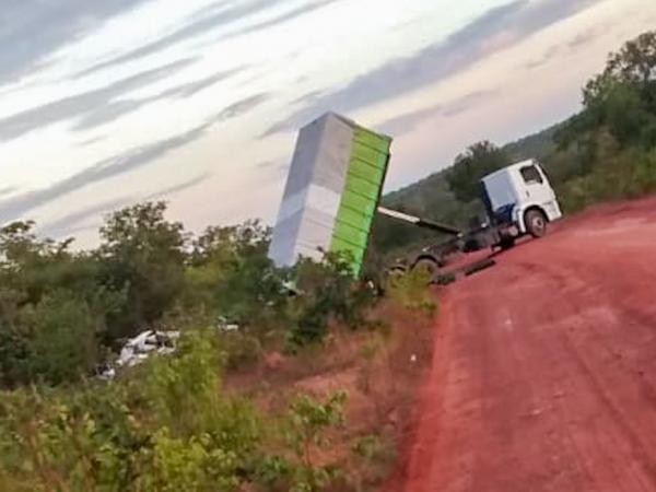 Caminhão com lixo do parque Solar São Gonçalo é flagrado descartando material de forma irregular