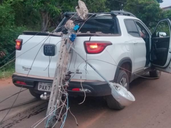 Carro colide contra poste de energia elétrica em Corrente