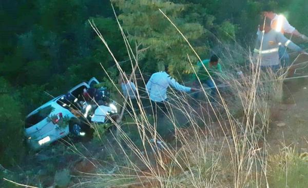 Carro cai em Serra na BR- 135 e idoso de 90 anos é resgatado