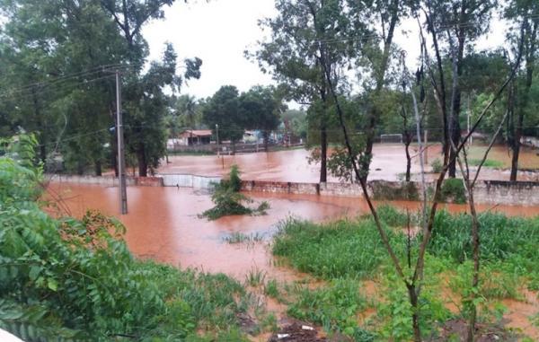 Rio transborda após chuvas intensas, em Corrente