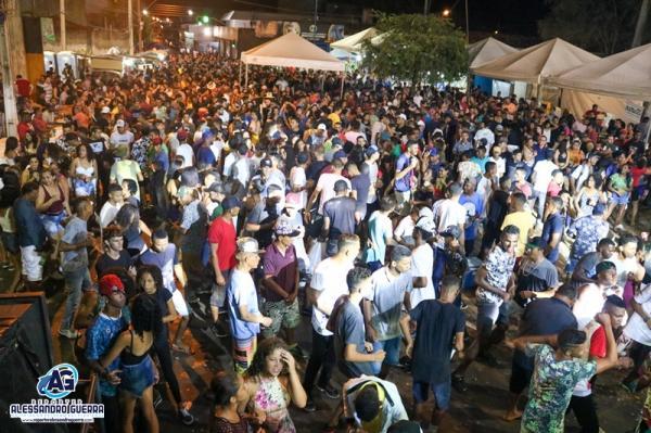 Foliões se divertem em primeiro dia de carnaval em Corrente