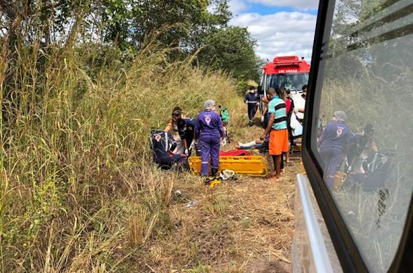 Mulheres ficam feridas após pneu de moto estourar na BR- 135