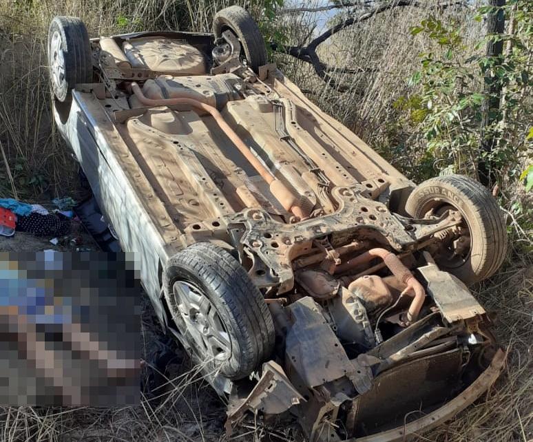 Motorista perde controle e capota carro com família na BR-135 em Corrente
