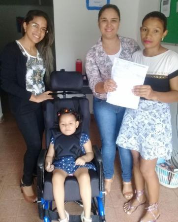 Secretaria de Assistência Social faz entrega de cadeira de rodas a criança especial em Cristalândia