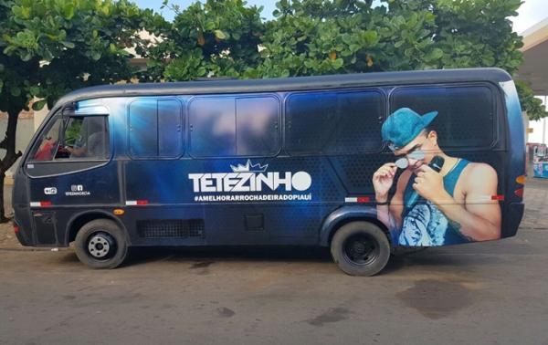 Cantor Correntino Tetézinho comemora aquisição de micro- ônibus