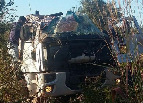 Motorista de caminhão carregado com tomate morre em acidente na BR-135