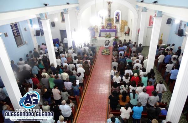 Familiares e amigos se despedem de Jesy Lemos Paraguassú em missa de corpo presente