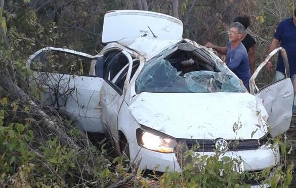 Veículo tomba após acidente na BR-135 entre Corrente e Cristalândia do Piauí