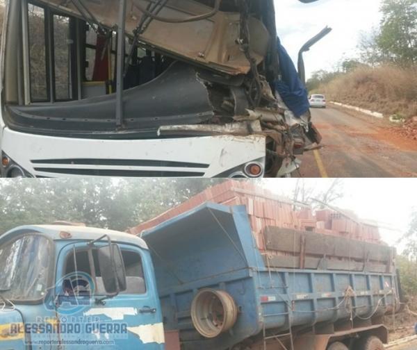 Caminhão caçamba colide com ônibus na BR- 135, próximo a Cristalândia do Piauí