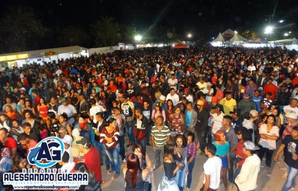 Batista Lima e Tetézinho agitaram a segunda noite de shows na 42ª ExpoCorrente
