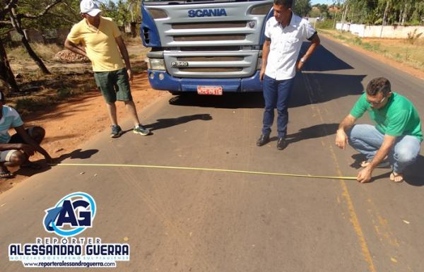 A pedido do Repórter Alessandro Guerra, caminhoneiro mede carreta e BR